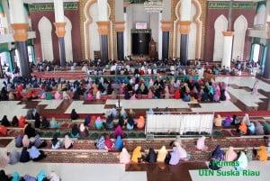 Sivitas akademika UIN Suska Riau yang ikut menghadiri Safari Dakwah TGB di Masjid Al-Jami'ah UIN Suska Riau