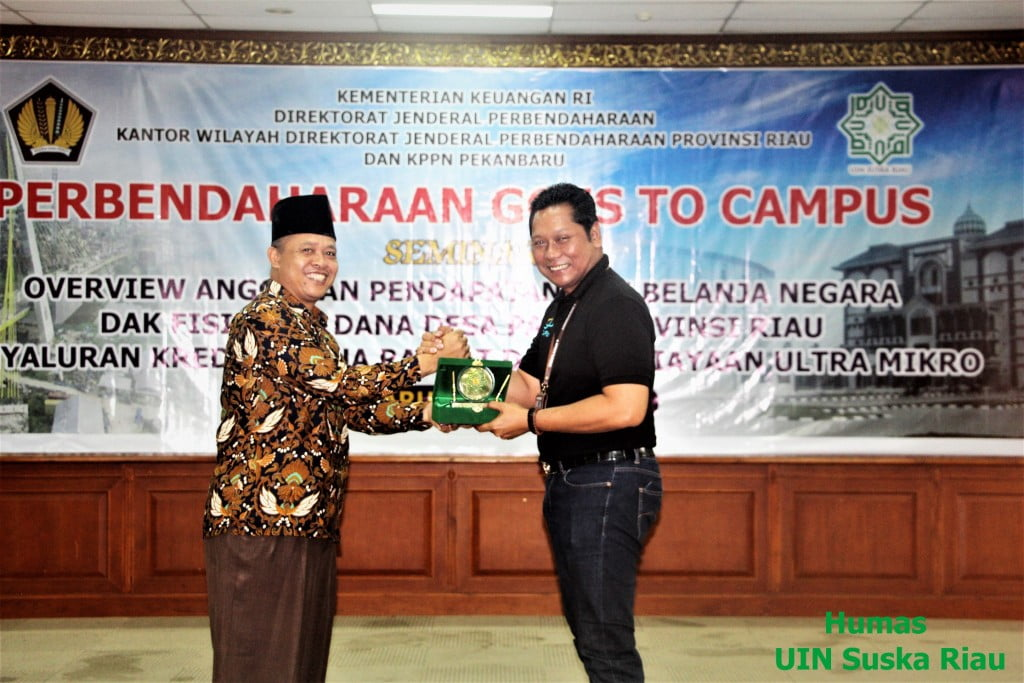 Rektor UIN Suska Riau Prof. Dr. H. Akhmad Mujahidin, S.Ag, M.Ag menyerahkan cendramata kepada bapak Tri Budianto Kepala Kantor Wilayah Ditjen Perbendaharaan Riau