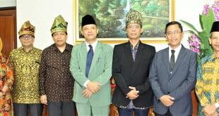 Foto Dari Kiri Dr. Ir. Firda Arlina, M.Si dari Universitas Andalas,Prof. Dr. Agus Suryanto, M.Sc dari Universitas Brawijaya ,Prof. Dr. Jonson Naiborhu, M.Si dari Institut Teknologi Bandung , Prof. Dr. Akhmad Mujahidin, S.Ag, M.Ag Rektor UIN Suska Riau,Prof. Dr. Ir. Vitus Dwi Yunianto, M.S, M.Sc dari Universitas Diponegoro, Edi Erwan, S. Pt., M.Sc., P.hD Dekan Fapertapet, Dr. H. Mas`ud Zein, M. Pd Dekan Saintek