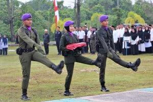 Petugas Pengibar Bendera dari Resimen Mahasiswa 042 Indra Bumi UIN