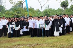 Tenaga Pendidik dan Kependidikan UIN Suska Riau mengikuti upacara dengan khidmat