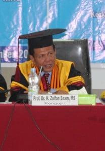 Penguji I, Prof. Dr. H. Zulfan Saam, MS, Guru Besar dari Universitas Riau
